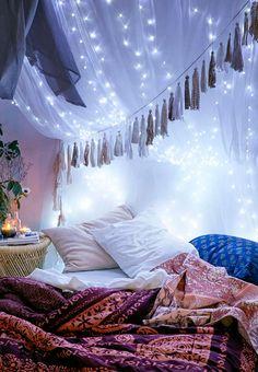 Det er ikke mange lyse dagstimer, vi har til gode henover vinteren. Udnyt den mørke tid og indret med lyskæder, der spreder hygge i hjemmet.