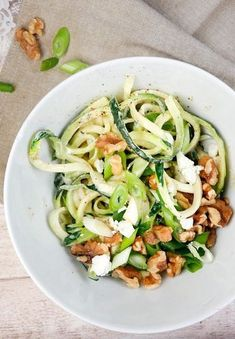 Rezept für Low Carb Zucchini-Spaghetti mit Fetasahne und Walnüssen - Gaumenfreundin Foodblog #zoodles #zucchininudeln #lowcarbrezepte #gesunderezepte