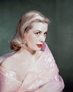 The most glamorous vintage photos of Grace Kelly, the Hollywood actress who became Princess of Monaco after marrying Prince Rainier III in 1956 Grace Kelly Mode, Grace Kelly Style, Princess Grace Kelly, Princess Charlene, Grace Kelly Fashion, Monaco As, Monaco Royal Family, Carolina Herrera, Patricia Kelly