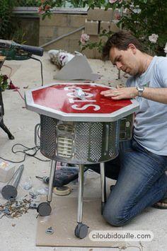 Une table de récup fabriquée à l'aide d'un panneau de stop, d'un tambour de machine à laver, et d'un peu d'huile de coude...