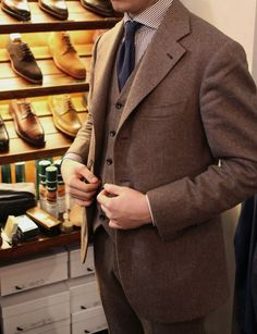 d24b4e49090 Mottled mid brown three piece suit. This is right up my alley.  Combinaciones,