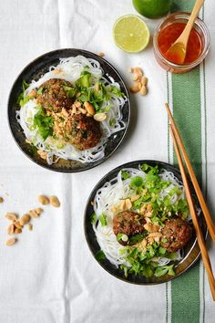Simple comme une salade de boulettes vietnamiennes - The Best Easy Chinese Recipes Chinese Shrimp Recipes, Chinese Noodle Recipes, Easy Chinese Recipes, Indian Food Recipes, Asian Recipes, Easy Chickpea Curry, Oriental Salad, Chicken Lunch Recipes, Healthy Salad Recipes