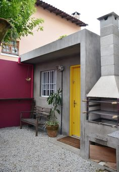 Cute modern entrance with a BBQ to this little townhouse by Michelle Martins Arquitetura + Fotografia Home Room Design, Small House Design, Home Interior Design, Exterior Design, Modern Entrance, Entrance Design, House Entrance, Concrete Houses, Concrete Tiles
