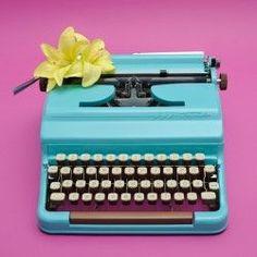 home decor retro brand 1950s Decor, Retro Home Decor, Working Typewriter For Sale, Retro Typewriter, Vintage Typewriters, Retro Ideas, Retro Furniture, Beautiful Interiors, Interior Decorating