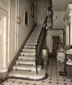 A beautiful marble staircase with iron railings in an hôtel particulier in Avignon. The black and white marble floors, typical of the region, and the old crystal chandelier add a touch of elegance to this French country home Modern French Country, French Country Cottage, Country Style, French Interior, French Decor, French Country Decorating, French Chateau, Beautiful Interiors, Stairways