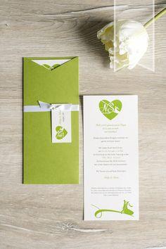 Elegante Hochzeitskarten für leidenschaftliche Tänzer. Mit Einschubkarte/Einleger und Anhängern mit Hochzeitslogo  in Grün und Weiss. ©passion4paper / www.die-edle-karte.de