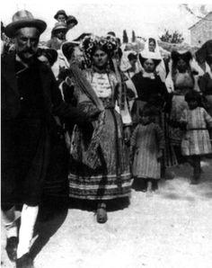 Χορός χωρικών με παραδοσιακές φορεσιές στη Νότια Κέρκυρα. Αρχές 20ού αι. Greek Traditional Dress, Corfu Greece, Che Guevara, Memories, Dance, 1930, Islands, Corfu, Memoirs