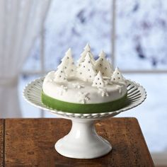 This snow-topped forest Christmas cake idea is a cinch - and a sure-fire way to impress your lucky guests at your Christmas table! 3d Christmas, Christmas Sweets, Christmas Baking, Christmas Cakes, Xmas Cakes, Christmas Glitter, Christmas Ideas, Reindeer Cakes, Forest Cake