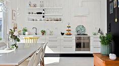 crédence de cuisine moderne en bois et meubles blancs