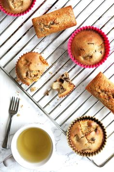 Muffins poires et pépites de chocolat sans beurre  #muffins #muffin #chocolate #poirechocolat #glutenfree #sansbeurre #sansgluten #sanslactose #sansglutensanslactose #goodday #goodmorning #yummy #monday #happymonday #pastries #foodphotography #picoftheday #food #pornfood #foodlovers #cooking #foodporn #gourmandise #tasty #healthy #healthyfood #instagood #instafood #photography #poire