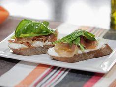 Bruschetta de presunto de parma, queijo de cabra e rúcula | Entradas | Receitas GShow | Receitas.com