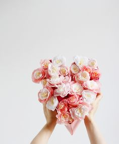 DIY: Paper Flower Heart - we houden van handgemaakt - bilder dekoration Crafts For Teens To Make, Crafts To Sell, Easy Crafts, Diy And Crafts, Paper Flowers Diy, Diy Paper, Dollar Store Crafts, Dollar Stores, Mother And Father