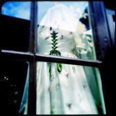 Encore une nouvelle robe dans la vitrine de Zélia. Tout juste née entre ses mains. Une robe unique, faites par une artisane au cœur de Montmartre