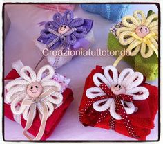 CREAZIONI A TUTTO TONDO Spool Knitting, Crochet Ornaments, Newborn Gifts, Crafts To Do, Pom Poms, Fiber Art, Crochet Baby, Baby Shoes, Projects To Try