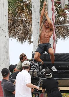 "Zac Efron in action while filming ""Baywatch"" / Photo: Grosby Group"