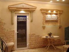 Декоративная отделка стен, имитация камня, дверной портик,  - декорированная стеклянная полка.