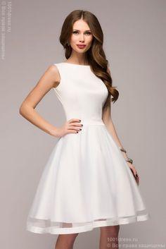 Белое платье без рукавов с вырезом и бантиками на спине
