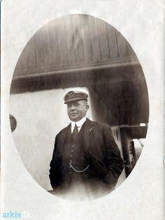 Min farfars bror Wilhelm Julius Weichardt født 1883-04-07 Dragør skibsfører gift med Marie Jensine Marchen 1921-02-05 i Garnison Kirke