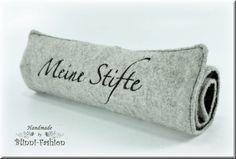 Die Stifterolle, der perfekte Schutz für deine Stifte!    In liebevoller Handarbeit hergestelltes Rollmäppchen mit edlem Schriftzug bestickt.     Genä