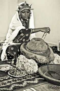 Berber women in Morocco have been making argan oil for centuries in the same traditional way. They crack the argan nuts that fall from the argan tree to get to the argan kernels. African Life, African Culture, African History, African Women, African Art, African Crown, Folklore, African Beauty, North Africa