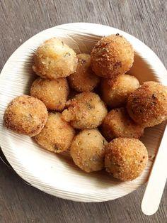 use mashed potato leftover to make this indian spiced appetizer - 10 Minutes Crispy Potato Lollipop - My Dainty Kitchen Potato Appetizers, Potato Snacks, Indian Appetizers, Appetizers For Party, Vegetarian Appetizers, Easy Indian Snacks, Vegetarian Sauces, Party Snacks, Vegan Snacks