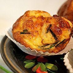Muffins de ovos, bacon e cebolinha aromatizados com picles