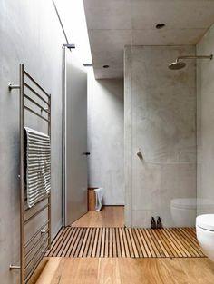 jolie salle de bain de couleur taupe, sol en bois clair