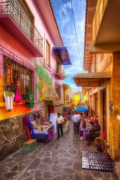 Bellos colores llenan de alegría al Callejón del Diamante, en la colonial #Xalapa, #Veracruz. México se muestra con todo su esplendor y tradiciones en cada uno de los pueblos.