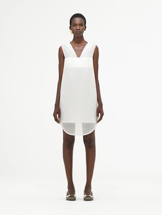 COS delivers Spring/Summer 2017 with simple and impactful garments Minimalist Fashion Women, Minimalist Dresses, Minimal Fashion, Brian Atwood, Fashion 2017, Women's Fashion Dresses, Fashion Brand, Fashion Design, Style Fashion