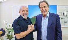 """O diretor de cinema Oliver Stone visitou o ex-presidente Lula nesta terça-feira, 8, em São Paulo; ele está no Brasil para divulgação do filme sobre o ex-agente da NSA Edward Snowden, dirigido por ele; em entrevistas à imprensa, Oliver Stone foi categórico ao afirmar que o que aconteceu no Brasil foi um golpe de Estado, e com a participação dos Estados Unidos; """"É, verdadeiramente, a definição de um golpe de Estado. E os Estados Unidos apoiaram. Eles reconheceram o novo governo…"""
