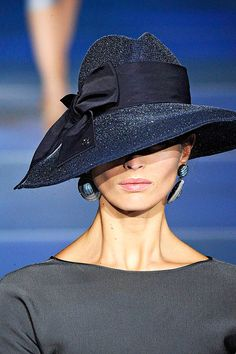 Giorgio Armani--- this looks like a modern take on something that Holly Golightly would have worn in the film version of Breakfast at Tiffany's. Just lovely! Fashion and Designer Style Giorgio Armani, Armani Jacket, Fancy Hats, Big Hats, Stylish Hats, Church Hats, Wearing A Hat, Victorian Dresses, Beanies