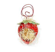 Nützlingshäuschen Erdbeere für den Kampf gegen Läuse. Handgefertigtes Ohrwurmhaus und Gartendeko aus Keramik – jetzt bei Servus am Marktplatz kaufen.