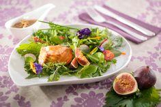 Mit Jakobsmuschel- und Zander-Mousse gefüllte Lachspraline, mild geräuchert auf einem Kräutersalat in Feigenvinaigrette