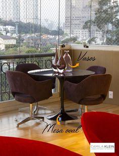 Mesa escura com cadeiras dão sofisticação para jantares à noite. #camilakleinarquiteta #varandas #varandagourmet #terraçogourmet #áreaexterna
