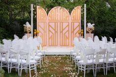 Место бракосочетания, декор стульев перьями