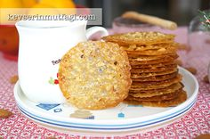 Bal Badem kurabiyenin orijinal adı Florentine kurabiye. Adından da anlaşılacağı üzere İtalya/Floransa kökenli. Dantel kurabiye adıyla da biliniyor. Pişerken dantel gibi delik delik oluyor çünkü. Normal kurabiyelerden çok farklı bir tarif. Aslına bakarsanız bana göre kurabiyeden çok bir çeşit şekerleme. Yapımı çok zor değil ama oldukça vakit alıyor. İlk etapta …