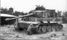 30 de agosto. Un soldado canadiense examina las cadenas de un Tigre destruido