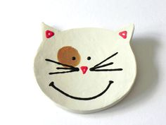 Jai fait une tête de chat amical dargile blanche et émaillés de part et dautre. Il sagit dun chat spécial smiley avec des taches brunes autour de son