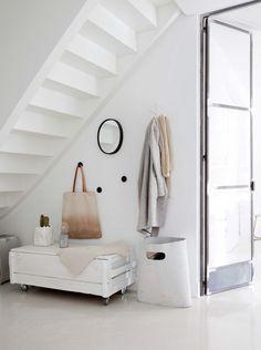 Espacio bajo escalera /  Dulzura y robustez en un bonito apartamento escandinavo #hogarhabitissimo
