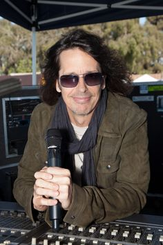 Foreigner lead vocalist Kelly Hansen with the Lectrosonics HH and Earthworks WL40V