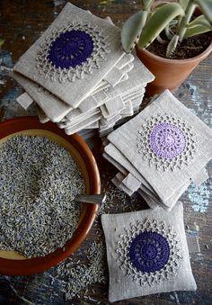 saquitos de olor de tela con aplicaciones de ganchillo
