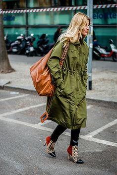 カーキのモッズコートをハイモードに着るには。デコラティブなレースアップのハイヒールシューズを合わせて正解。モッズコートはフロントのジップを閉めて、ドレスのように着こなして。|世界のおしゃれスナップ|Fashion|madame FIGARO.jp(フィガロジャポン)