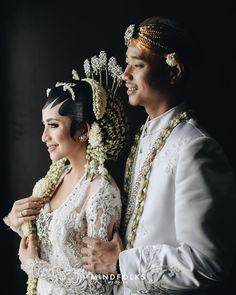 Javanese Mixed Minang Wedding by Alana & Harvi Pre Wedding Poses, Wedding Couple Poses, Pre Wedding Photoshoot, Wedding Shoot, Wedding Couples, Javanese Wedding, Indonesian Wedding, Foto Wedding, Traditional Wedding Dresses