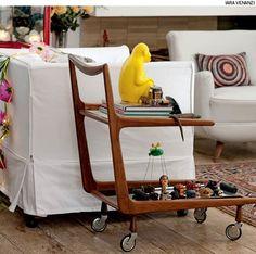 Carrinhos de chá podem funcionar como mesas laterais. A altura tem de ser confortável, ao alcance de quem está no sofá.