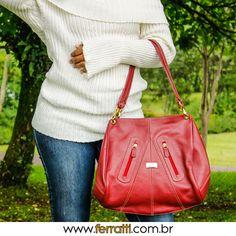 As bolsas coloridas dão vida aos looks básicos. Use e abuse!