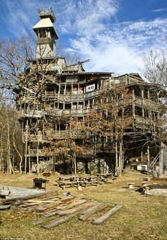 Horace Burgess's Treehouse Horace Burgess's treehouse in Beehive Lane, Crossville, Tennessee