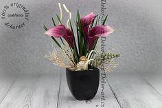 Moderní květinová dekorace s vínovými kalami.
