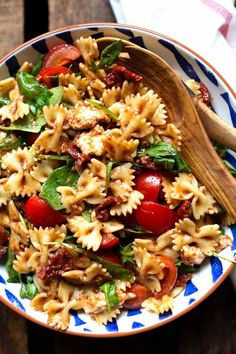 Einfacher italienischer Nudelsalat mit Rucola und Tomaten - Kochkarussell Simple Italian pasta salad with rocket, dried tomatoes and mozzarella. This recipe is quick and always the fi Vegetarian Recipes, Cooking Recipes, Healthy Recipes, Snacks Recipes, Cooking Gadgets, Healthy Dishes, Cooking Ideas, Healthy Meals, Mozzarella Salat