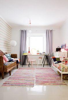 Nooalla ja Miiolla on hyvin tilaa. Työpöytä on koottu vanhasta tasosta ja Ikean pukkijaloista, Miion sänky oikealla on myös Ikeasta. Nooan peti on vanha puusohva, joka on suvun peruja. Tapetti Ferm Livingin, riippuvalaisin N.U.D Collection, lattiavalaisin Kodin1:stä.