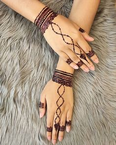 If you are a fan of making simple henna designs, check out these 10 easy henna designs for beginners for the back of the hands and feet of a bride! Finger Henna Designs, Beginner Henna Designs, Simple Mehndi Designs, Henna Tattoo Designs, Tattoo Designs For Women, White Henna Tattoo, Simple Henna Tattoo, Henna Tattoo Hand, Mehndi Simple